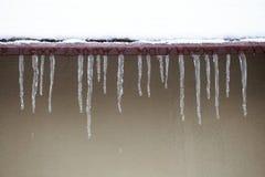 закреплять вниз с вися icicles изолировал крышу путя которая белизна стоковое изображение rf