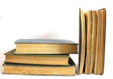 закреплять книг изолированный над белизной сбора винограда путя Стоковая Фотография