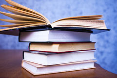 закреплять книг изолированный над белизной сбора винограда путя Стоковые Фото