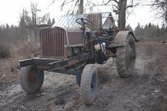 закрепляя изолированная белизна сбора винограда трактора путя Стоковые Фото