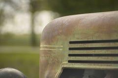 закрепляя изолированная белизна сбора винограда трактора путя стоковые фотографии rf