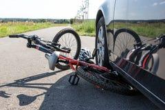 Закройте вверх аварии велосипеда ` s детей на улице Стоковое Изображение