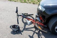 Закройте вверх аварии велосипеда ` s детей на улице Стоковые Изображения RF