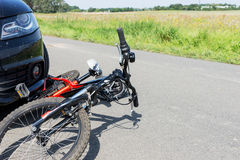 Закройте вверх аварии велосипеда ` s детей на улице Стоковые Фото