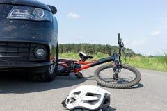 Закройте вверх аварии велосипеда ` s детей на улице Стоковое Изображение RF