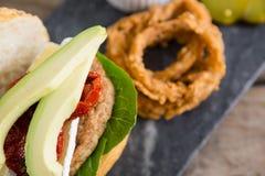 Закройте вверх авокадоа в бургере Стоковые Изображения RF