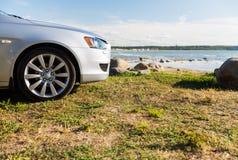 Закройте вверх автомобиля припаркованного на береге или пляже моря Стоковые Изображения RF