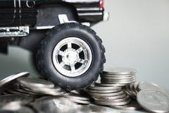 Закройте вверх автошины миниатюрного грузового пикапа автомобиля на стогах монетки Стоковое Изображение