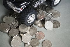 Закройте вверх автошины миниатюрного грузового пикапа автомобиля на стогах монетки Стоковые Изображения RF