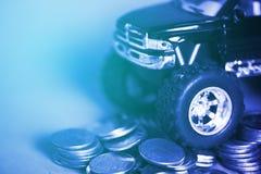 Закройте вверх автошины миниатюрного грузового пикапа автомобиля на стогах монетки Стоковая Фотография RF
