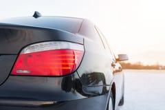 Закройте вверх автошин автомобиля на дороге зимы Стоковое фото RF