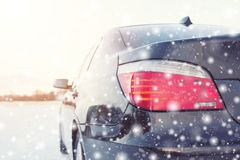 Закройте вверх автошин автомобиля на дороге зимы Стоковое Изображение RF