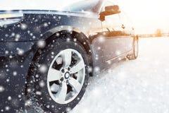 Закройте вверх автошин автомобиля на дороге зимы Стоковое Изображение