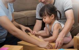 Закройте вверх азиатской картонной коробки упаковки семьи Стоковое Изображение