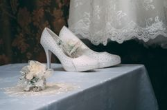 Закройте вверх аксессуаров современного человека Boutonniere черного bowtie, кожаных ботинок, пояса и цветка на белой деревянной  Стоковая Фотография RF