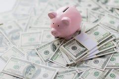 Закройте вверх американских денег и копилки доллара Стоковые Изображения RF