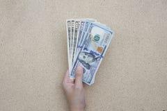 Закройте вверх американских долларов в коричневом кожаном бумажнике Стоковое Изображение RF