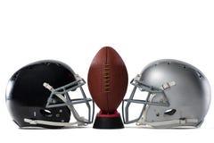 Закройте вверх американского футбола на тройнике шлемами спорт Стоковые Фотографии RF