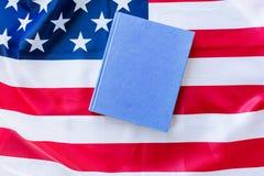 Закройте вверх американского флага и книги стоковое изображение