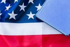 Закройте вверх американского флага и книги стоковые фотографии rf