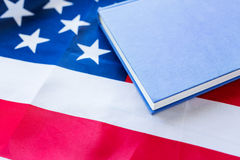 Закройте вверх американского флага и книги стоковое фото