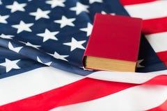 Закройте вверх американского флага и книги стоковые изображения