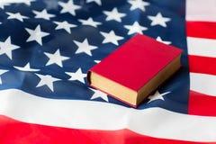 Закройте вверх американского флага и книги стоковая фотография