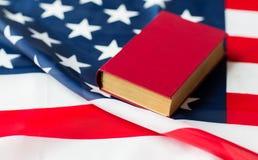 Закройте вверх американского флага и книги стоковое изображение rf