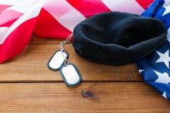 Закройте вверх американского флага, шляпы и воинского значка стоковые изображения rf