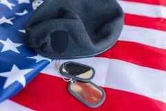 Закройте вверх американского флага, шляпы и воинского значка стоковые фотографии rf