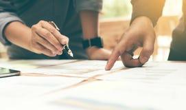 Закройте вверх анализа группы start-up к диаграмме бумаги данных на столе Стоковые Изображения