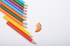 Закройте вверх аранжированных покрашенных карандашей с shavings карандаша на whi Стоковое Изображение
