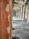 Закройте вверх архитектурноакустического столбца в историческом виске стоковые изображения rf