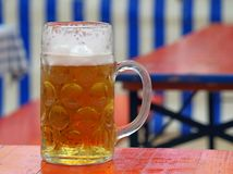 Закройте вверх баварского пива на деревянном столе перед естественной голубой белой баварской предпосылкой стоковое фото
