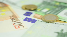 Закройте вверх банкнот и монеток евро сток-видео