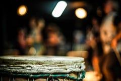 Закройте вверх барабанчика djembe стоковые фотографии rf