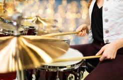Закройте вверх барабанщика женщины играя набор барабанчика Стоковая Фотография RF