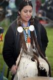 Закройте вверх барабанщика женщины коренного американца Стоковые Изображения RF
