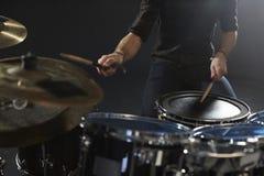 Закройте вверх барабанщика играя набор барабанчика в студии стоковые фото