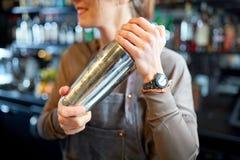 Закройте вверх бармена с шейкером коктеиля на баре Стоковое Фото