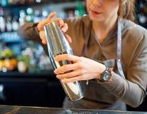 Закройте вверх бармена с шейкером коктеиля на баре Стоковые Фотографии RF