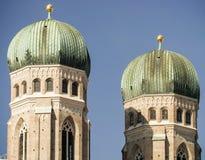 Закройте вверх башен Frauenkirche в Мюнхене, Германии Стоковое Фото