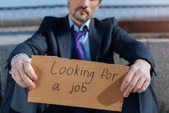 Закройте вверх безработного человека ища новая работа Стоковое Фото