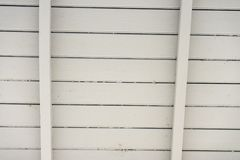Закройте вверх белой деревянной конструкции крыши стоковое фото rf