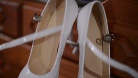 Закройте вверх белых ботинок невесты сток-видео