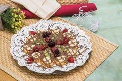 Закройте вверх бельгийского waffle с смешанными плодоовощ, обломоками шоколада и соусом клубники Стоковые Фотографии RF