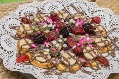 Закройте вверх бельгийского waffle с смешанными плодоовощ, обломоками шоколада и соусом клубники Стоковое фото RF