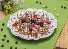 Закройте вверх бельгийского waffle с смешанными плодоовощ, обломоками шоколада и соусом клубники Стоковая Фотография