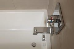 Закройте вверх белой ванны с приспособлениями хрома Стоковое фото RF