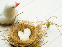 Закройте вверх белых птицы статуи голубя и гнезда птицы с wh 3 Стоковая Фотография RF